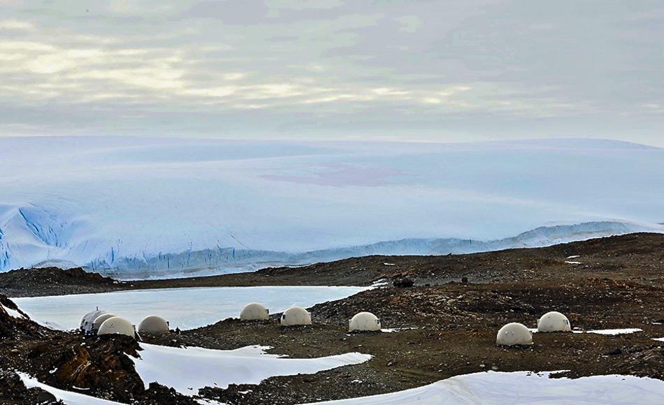 Die gewölbten Fieberglasschlafhülsen stehen allein auf einem schroffen Streifen Land im Inneren der Antarktis. Sie bieten Gästen eine beheizte Unterkunft und sind mit einem eigenen Bad ausgestattet. Bild: White Desert