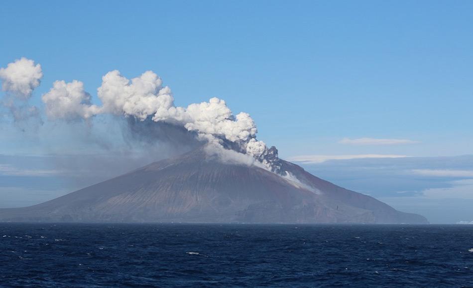 Mt. Curry ist der höchste Punkt auf der Insel und ist ein hochaktiver Vulkan. Doch Ausbrüche wurden bisher nie beobachtet aufgrund der Abgelegenheit der Insel. Ein Fischereischiff hat den Ausbruch beobachtet und fotografiert. Bild: David Virgo