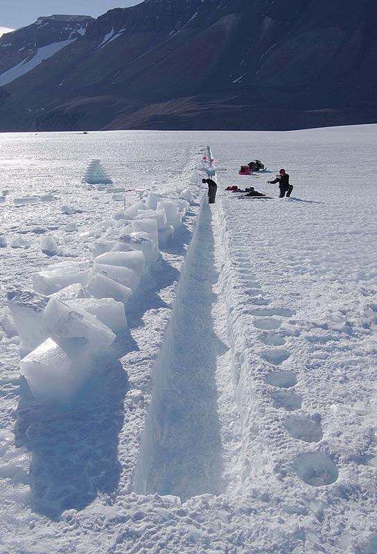 Das Eis zum Schmelzen wird aus einem Graben genommen. Weil die obersten Schichten mit Staub und Schmutz kontaminiert sind, wird erst das Eis aus 1 Meter Tiefe untersucht. © Hinrich Schaefer
