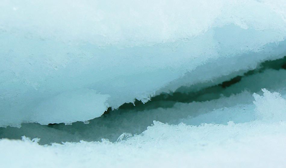 Die Farbe von Eis ergibt sich aus der Dicke des Eises und der Menge an Luft, die zwischen den Eiskristallen gefangen ist. Foto: Katja Riedel