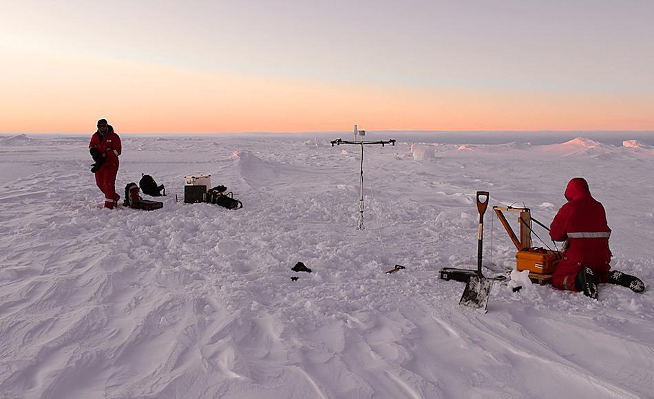 Die Meereisphysiker  Stefan Hendricks und Mario Hoppmann bei ihren Arbeiten auf der Eisscholle. Foto: AWI, Sandra Schwegmann