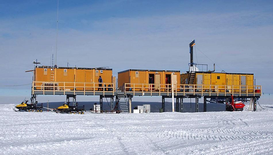 Die Kohnen-Station des Alfred-Wegener Instituts in der Antarktis auf 75° 00'S, 0° 04'O auf einer Höhe von 2.892 Meter. Links befindet sich die Wetterstation.