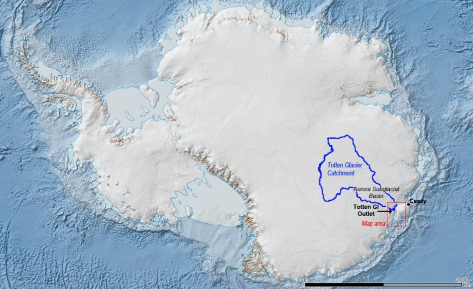 Das Einzugsgebiet des Totten Gletschers ist blau umrandet. Es ist ein Becken voll Eis und Schnee dessen Auslass der Gletscher ist. Es enthält vermutlich genug Eis, um den  Meeresspiegel weltweit um 2 bzw. 4 Meter ansteigen zu lassen. Bild: Jamin Greenbaum / Australian Antarctic Division.
