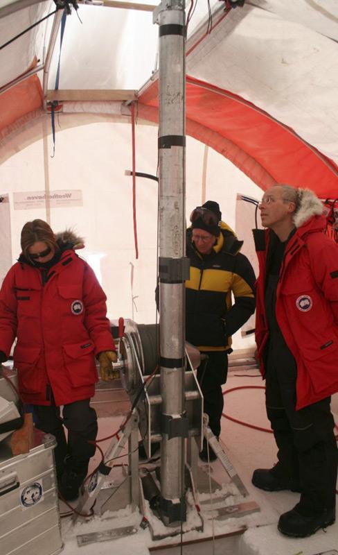 Das Law Dome Eisbohr Camp im Jahr 2008. Eiskerne werden entweder durch einen mechanischen oder thermischen Bohrer erbohrt. Ein mechanischer Bohrer ist ein rotierendes Rohr mit Schneidmessern an der Spitze, die sich in das Eis fressen. Bild: Joel Pedro