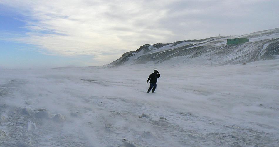 Die Arbeit auf einer antarktischen Station ist nicht eine einfache Forschungsstelle. Die Bedingungen sind wie nirgends sonst auf der Welt und stellen eine extreme Herausforderung dar. (Bild: Katja Riedel)