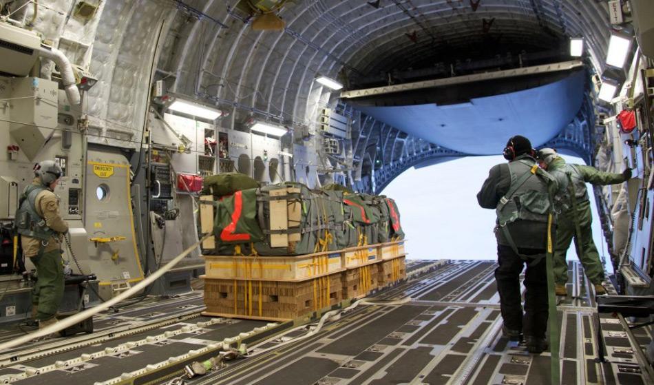 Die Probeladung bestand aus 3 Containern, die an einem Fallschirmsystem angebracht warfen, welches sich beim Abwurf selbstständig öffnete. Die Container waren auf Paletten befestigt, die den Aufprall bei der Landung abfedern würden. Bild: Chad Griffiths, RAAF