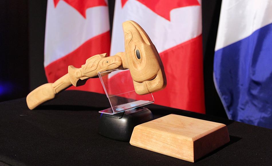 Dieser Hammer wird vom Leiter der Arktisratstreffen benutzt. Er wurde anlässlich eines Galadinners zu Ehren von Kanadas zweitem Vorsitz des Arktisrates präsentiert. Nun wird ihn Finnland von den USA übernehmen. Bild: Arctic Council / Linnea Nordström
