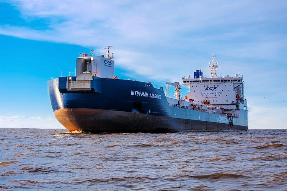 Um das geförderte Öl zum Festland zu transportieren, hatte Russland neue Tanker wie die Shturman Albanov gebaut, ein 42'000-Tonnen, eisverstärkter Tanker, der speziell für die arktischen Bedingungen entwickelt worden war. Bild: Sovcomflot