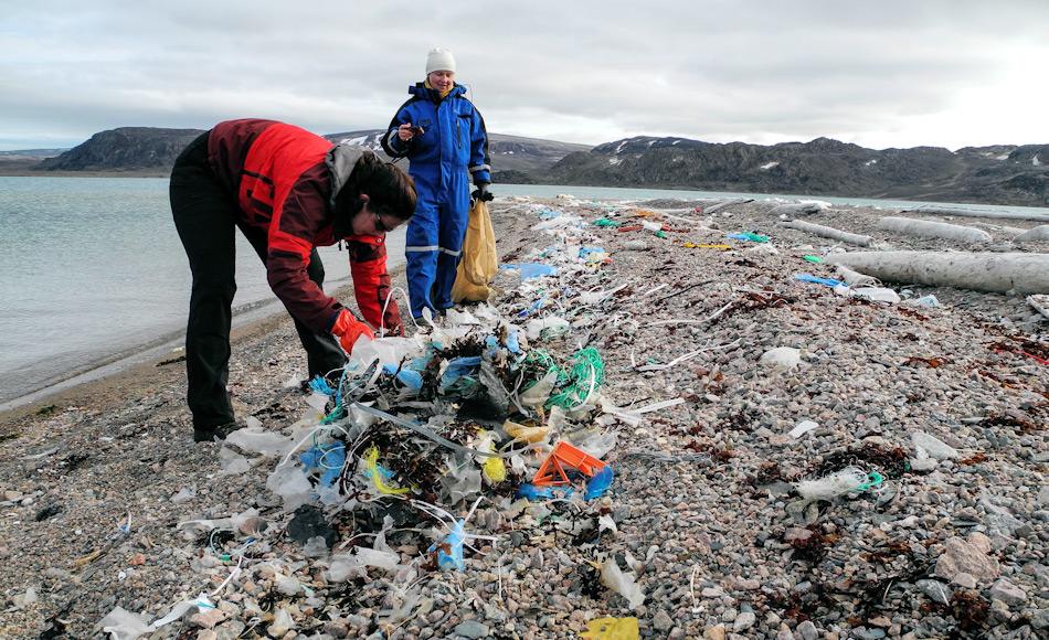 Die AECO und seine Mitglieder sind schon seit Jahren mit Aufräumaktionen an den Stränden der Arktis unterwegs. Doch trotz der Anstrengungen werden immer noch tausende von Tonnen Plastikmüll durch Meeresströmungen in die Arktis getrieben. Die Reduzierung von Plastik auf Schiffen wird aber ein grosser Schritt in die richtige Richtung sein. Bild: Sysselmannen, Svalbard