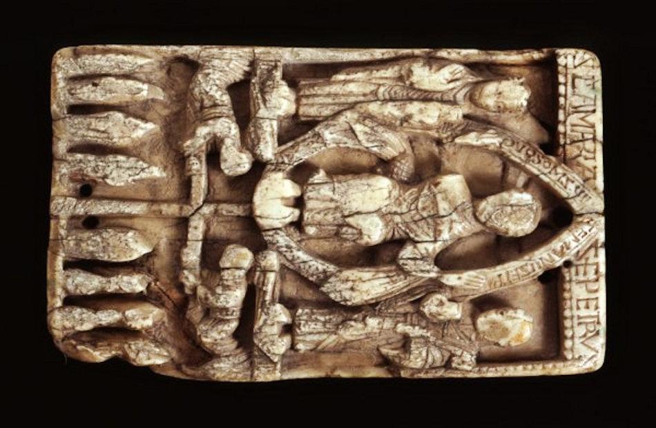 Solche delikate Schnitzereien wie diese Plakette wurden ab dem 10. oder 11. Jahrhundert überall in Europas Kirchen verwendet. Wer es sich leisten konnte, hatte Gegenstände aus Walross-Elfenbein bei sich. Der Handel damit erhielt die Wikingersiedlungen in Südgrönland am Leben. Bild Museum of Archeology & Antropology, University of Cambridge
