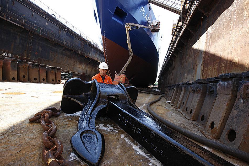 Der Anker, ein wichtiges Instrument der MV «Plancius» erhält einen neuen Anstrich.