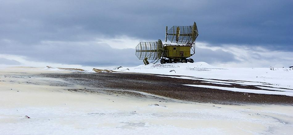 In noch relativ guten Zustand zeigt sich die alte Radaranlage auf Graham Bell Island.