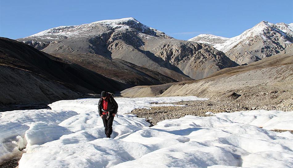 Was aussieht wie eine Gletscherwanderung ist in Wahrheit ein Marsch über das gefrorene Quellwasser.