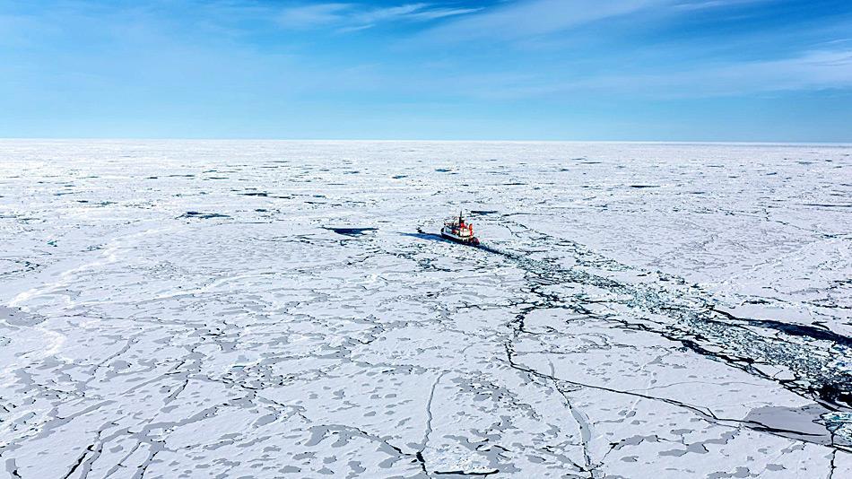 Luftaufnahme des deutschen Forschungsschiffes Polarstern bei der Fahrt durch arktisches Meereis. Der Forschungseisbrecher befindet sich gerade auf einer Expedition in die zentrale Arktis. Bild: Stefan Hendricks, AWI