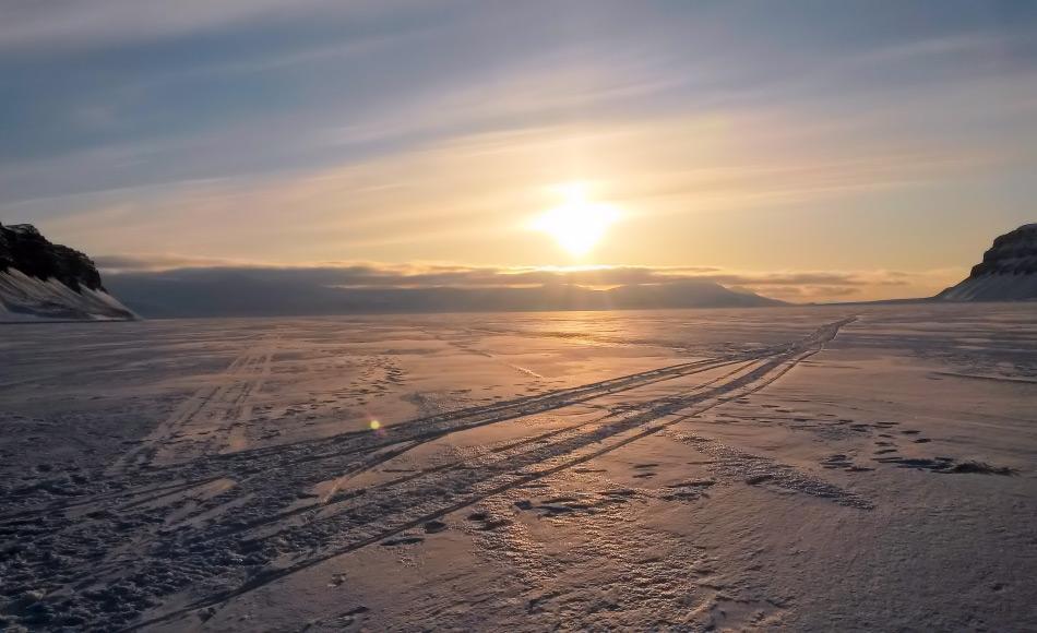 Ein Bild mit Seltenheitswert dieser Tage ist ein zugefrorener Fjord. Die Fjorde des Svalbardarchipels sind noch nicht zugefroren, obwohl es bereits Dezember ist. Bild: Michael Wenger