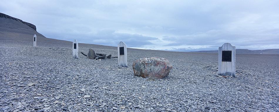 Die ersten Toten wurden auf Beechey Island begraben. Ihre Leichen überdauerten praktisch unversehrt im gefrorenen Boden.