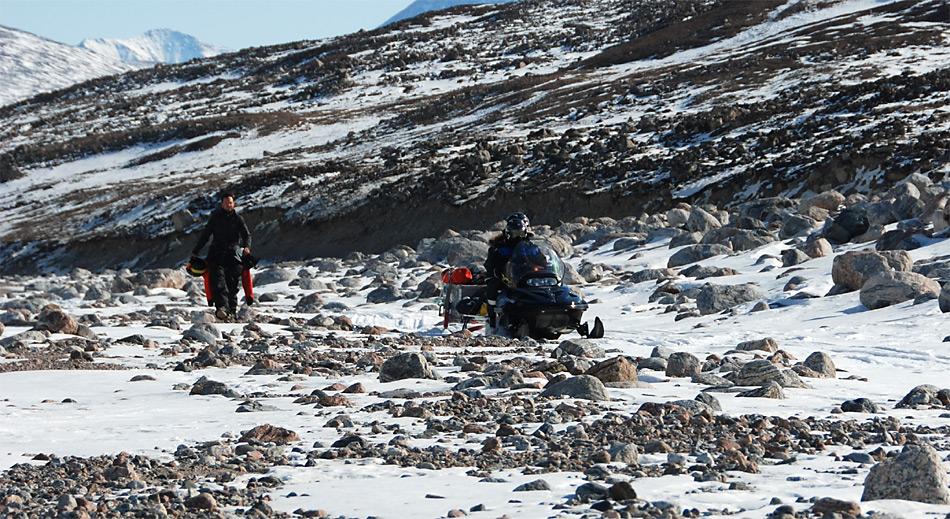 Der Materialtransport von der Forschungsstation Zackenberg zu den Gletschern gestaltete sich aufgrund der geringen Schneebedeckung im Winter 2012/13 als sehr schwierig. Foto: ZAMG/Daniel Binder.