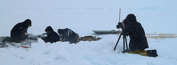 Werner Breiter bei Dreharbeiten am Nordpol bei einer Temperatur von -34° Celsius und arktischem Sturm.